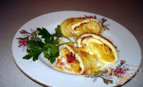 Рулет  с вялеными помидорами и сыром