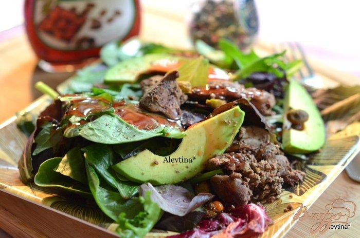 Фото приготовление рецепта: Салатная смесь с куриной печенью и авокадо шаг №3