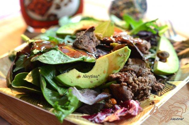 фото рецепта: Салатная смесь с куриной печенью и авокадо