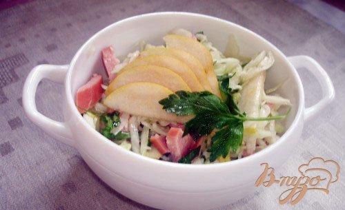Овощной салат с грушей и прикопчеными сосисками