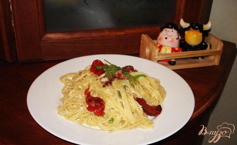 Фото приготовление рецепта: Паста карбонара с вялеными помидорами шаг №7