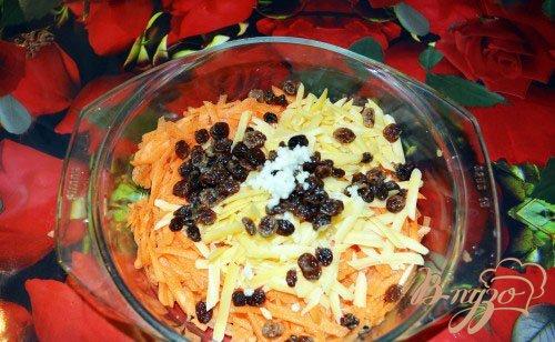 Морковный салат с сыром и соусом