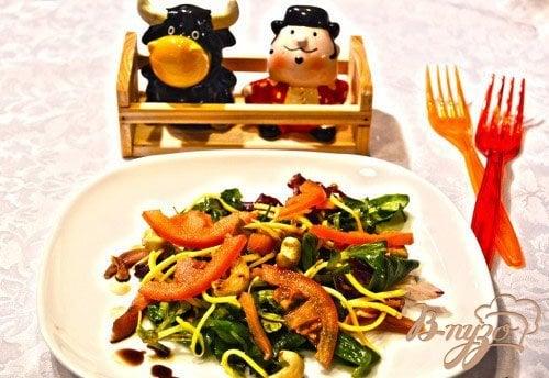 Рецепт Праздничный салат с копченой рыбой
