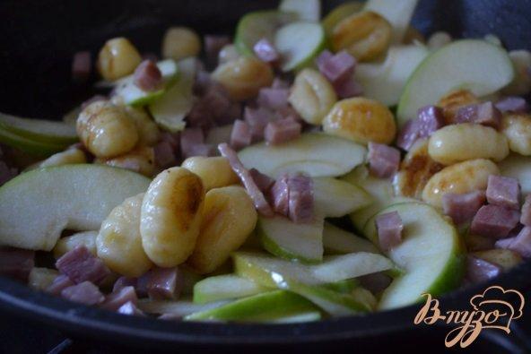 Фото приготовление рецепта: Ньокки с ветчиной и яблоком шаг №2
