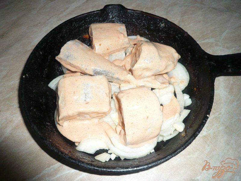 Фото приготовление рецепта: Минтай, запеченный с луком шаг №9