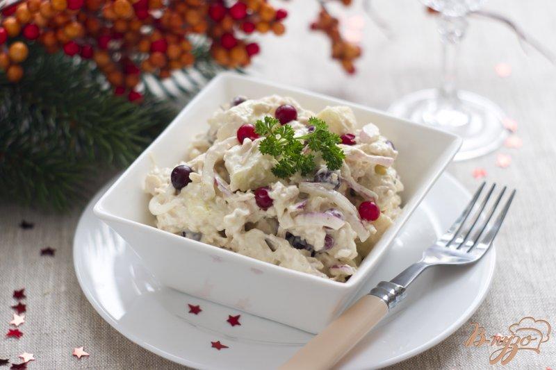 Фото приготовление рецепта: Салат с куриным филе и клюквой шаг №6