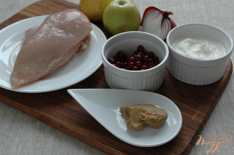 Фото приготовление рецепта: Салат с куриным филе и клюквой шаг №1