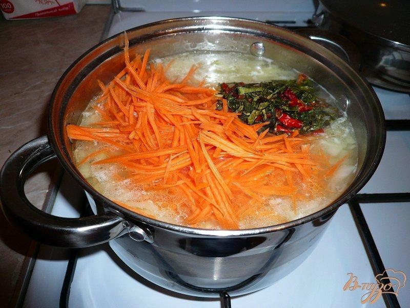 Фото приготовление рецепта: Суп с капустой и рисом шаг №6