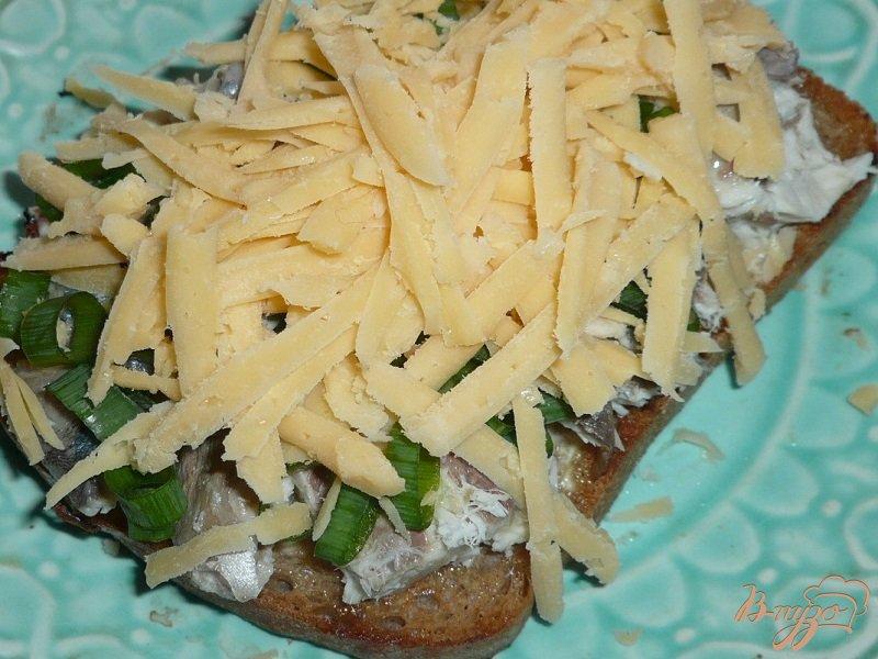 Фото приготовление рецепта: Большой бутерброд со скумбрией шаг №5