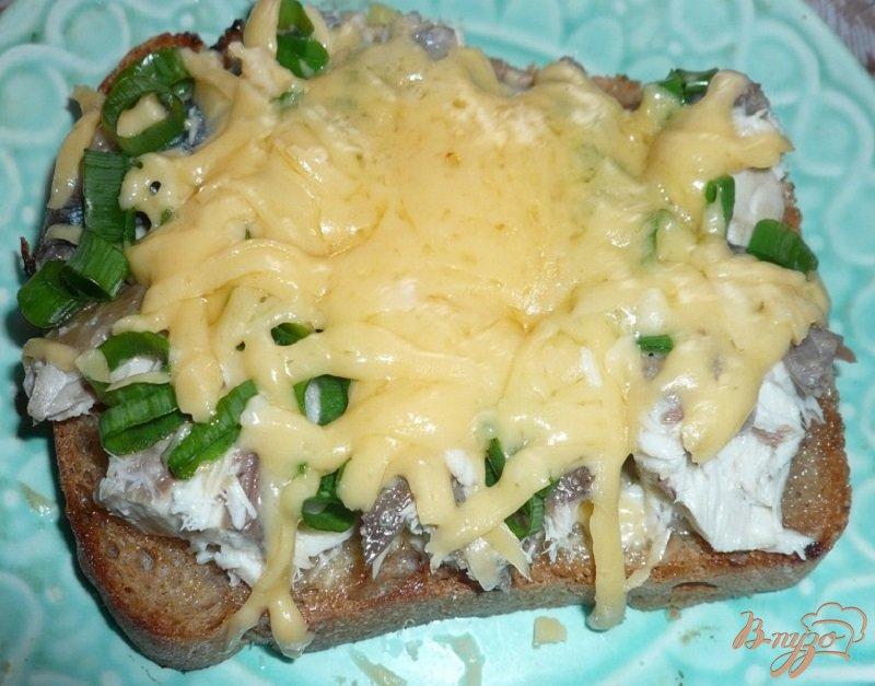 Фото приготовление рецепта: Большой бутерброд со скумбрией шаг №6