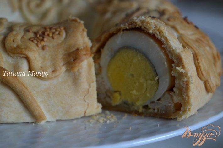 Фото приготовление рецепта: Пирог из курятины с отварным яйцом шаг №9