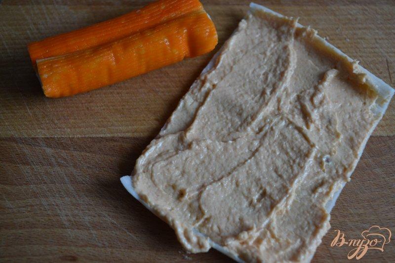 Фото приготовление рецепта: Крабовые палочки с кремом из копченой семги шаг №2