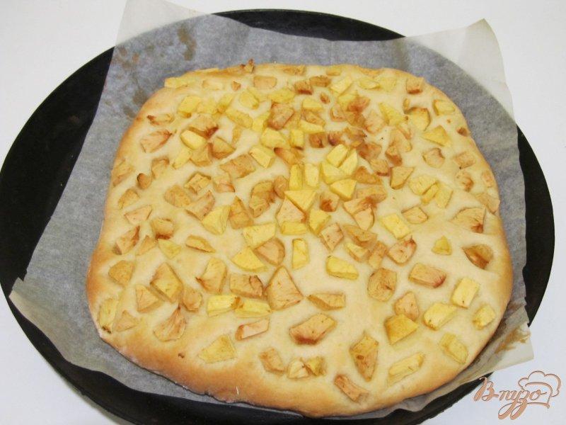 Фото приготовление рецепта: Фокачча с яблоками шаг №7