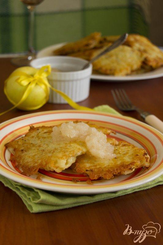 Фото приготовление рецепта: Картофельные оладьи с яблочным муссом шаг №5