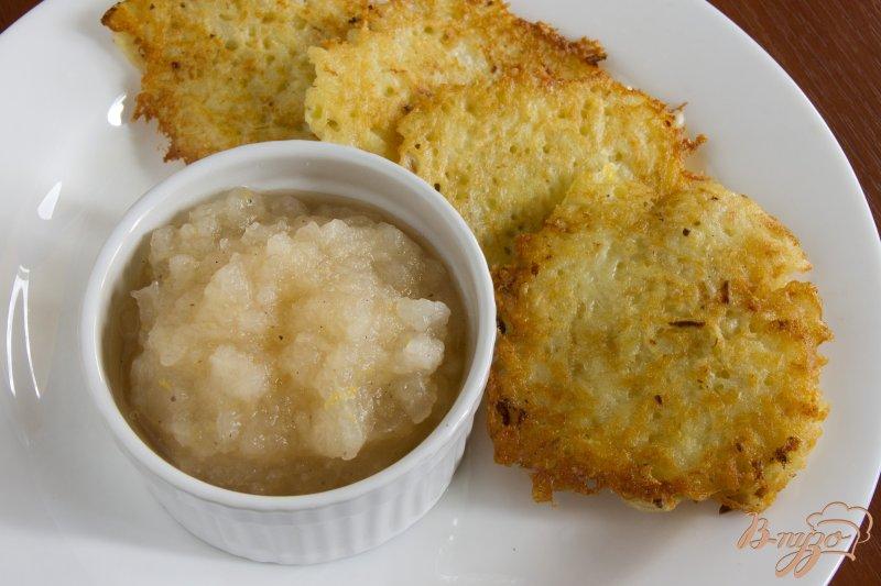 Фото приготовление рецепта: Картофельные оладьи с яблочным муссом шаг №4