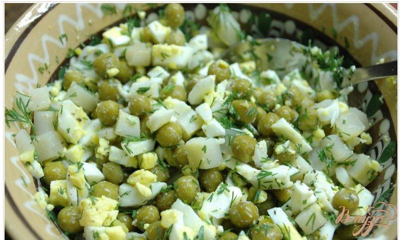 Фото приготовление рецепта: Салат с отварным кальмаром шаг №3