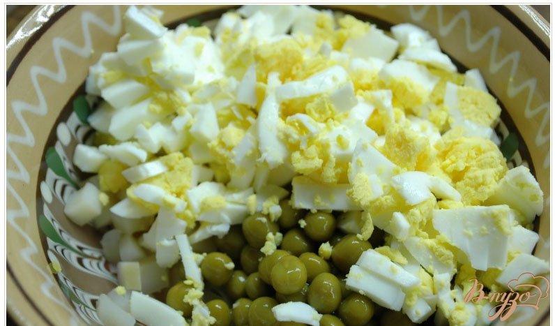 Фото приготовление рецепта: Салат с отварным кальмаром шаг №2