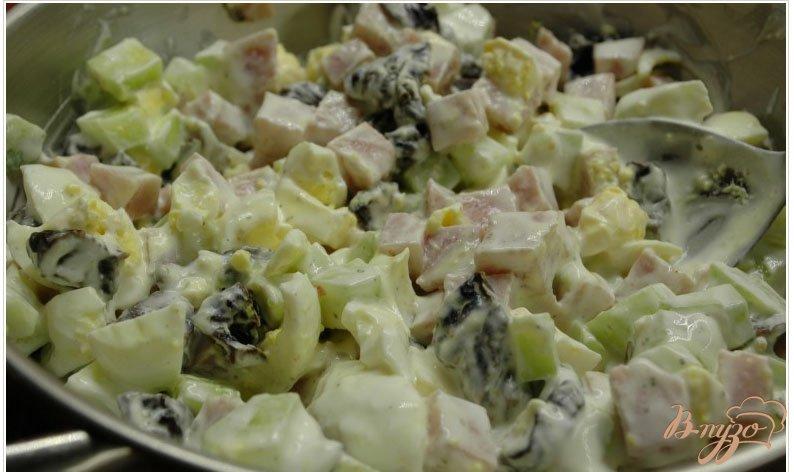 Фото приготовление рецепта: Салат с ветчиной и черносливом шаг №6