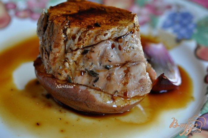Фото приготовление рецепта: Свиная вырезка  с грушами и глазурью шаг №5