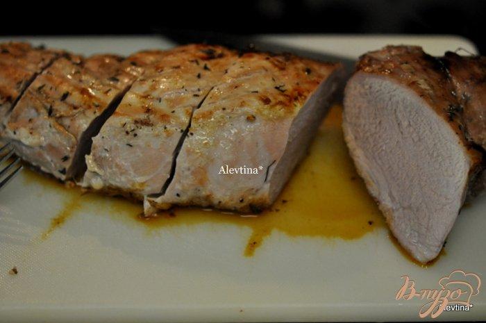 Фото приготовление рецепта: Свиная вырезка  с грушами и глазурью шаг №4