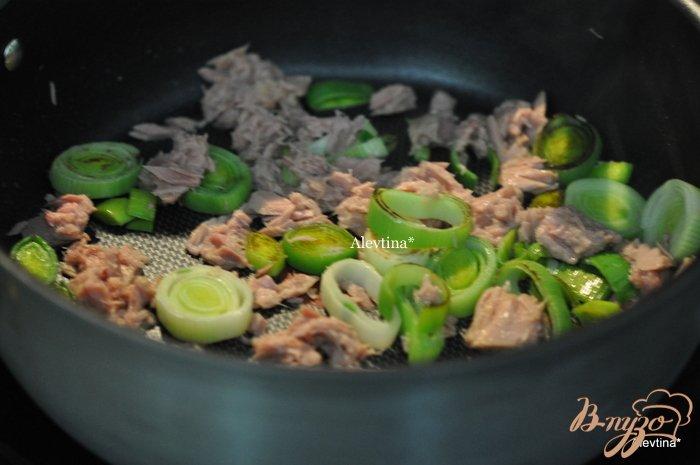 Фото приготовление рецепта: Фриттата с тунцом и луком-порей шаг №2