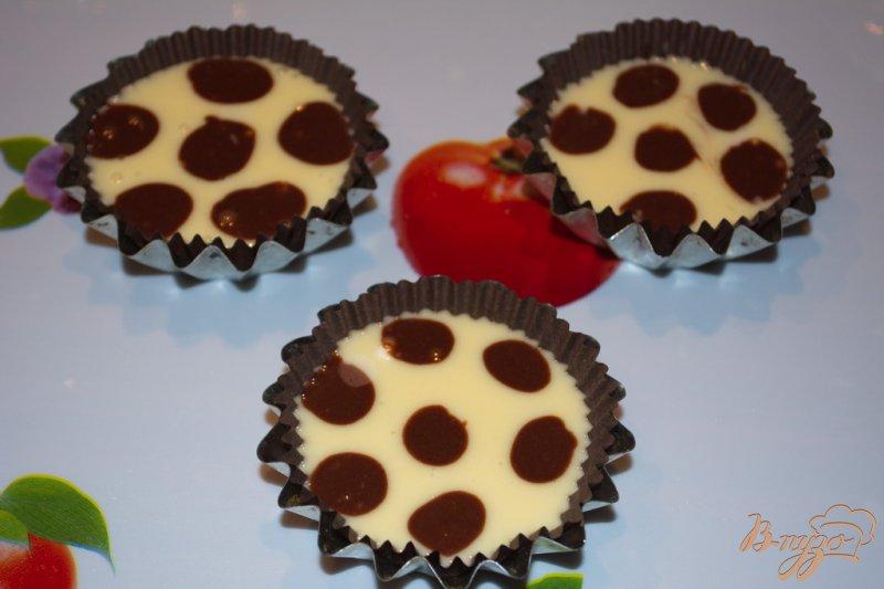 Фото приготовление рецепта: Кексы в горошках шаг №8