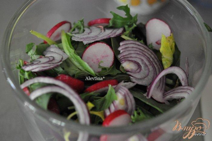 Фото приготовление рецепта: Салат весенний с яйцом и оливками шаг №1