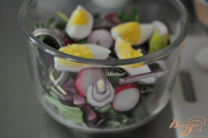 Фото приготовление рецепта: Салат весенний с яйцом и оливками шаг №2