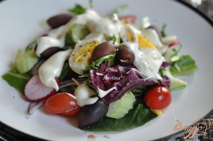 Фото приготовление рецепта: Салат весенний с яйцом и оливками шаг №3