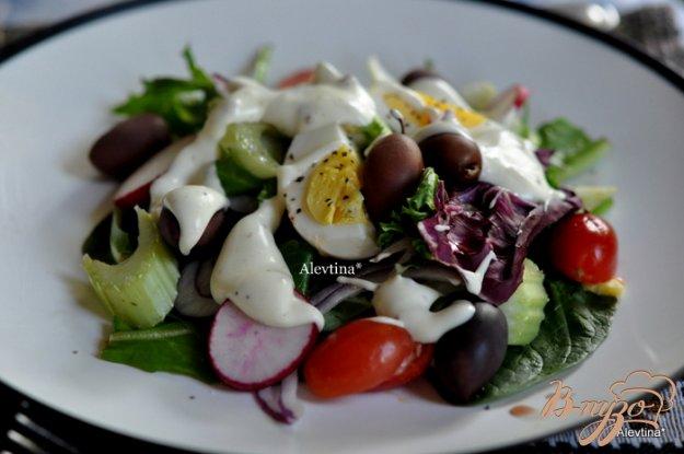 фото рецепта: Салат весенний с яйцом и оливками