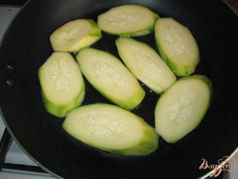 Фото приготовление рецепта: Закуска из кабачков с помидорами шаг №3
