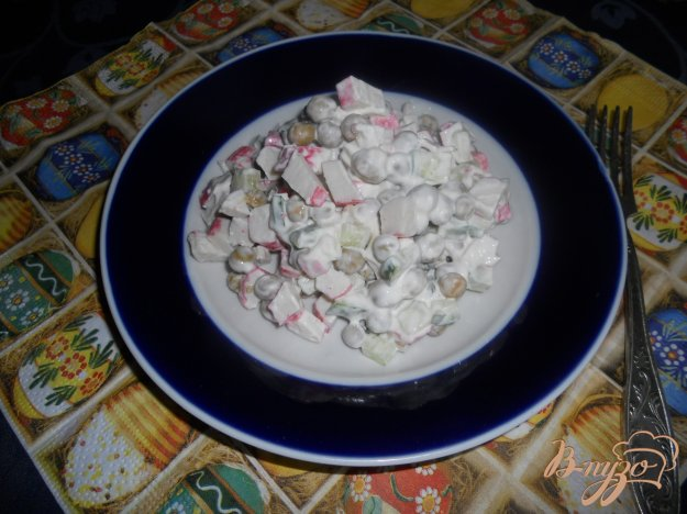 Рецепт Салат с крабовыми палочками и зеленым горошком