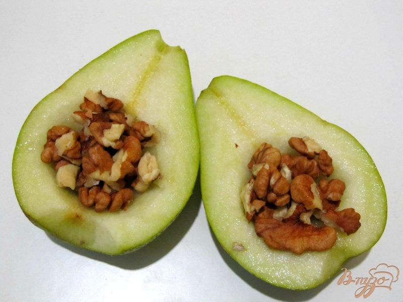 Фото приготовление рецепта: Салат из груши с орехами шаг №3