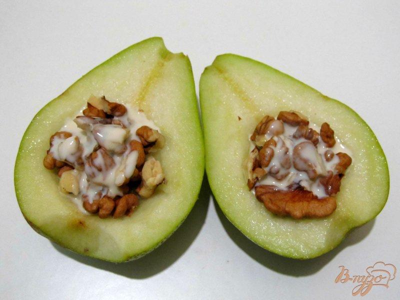 Фото приготовление рецепта: Салат из груши с орехами шаг №4