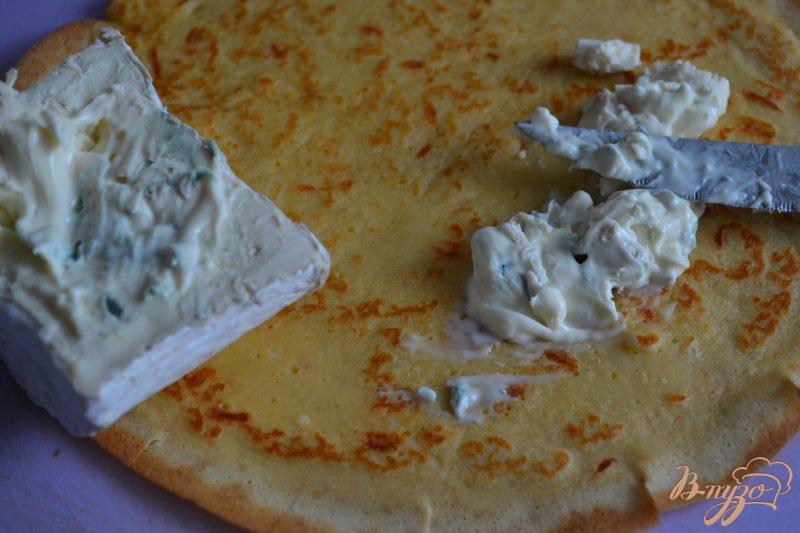 Фото приготовление рецепта: Блинчики с креветками и голубым сыром шаг №4