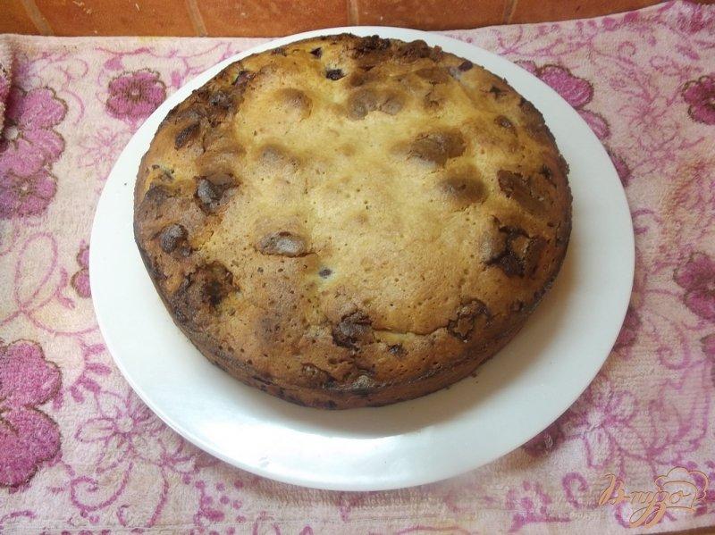 Фото приготовление рецепта: Пирог с вишней и белым шоколадом шаг №6