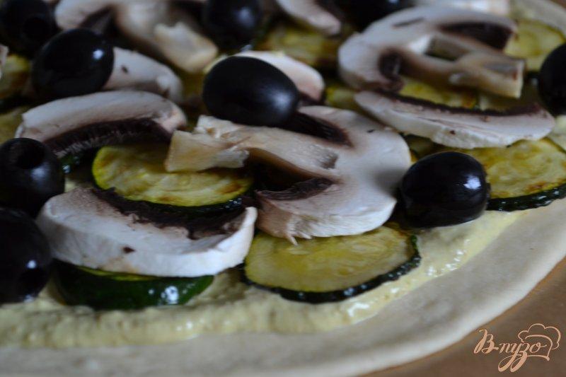 Фото приготовление рецепта: Пицца с цукини и шампиньонами шаг №4