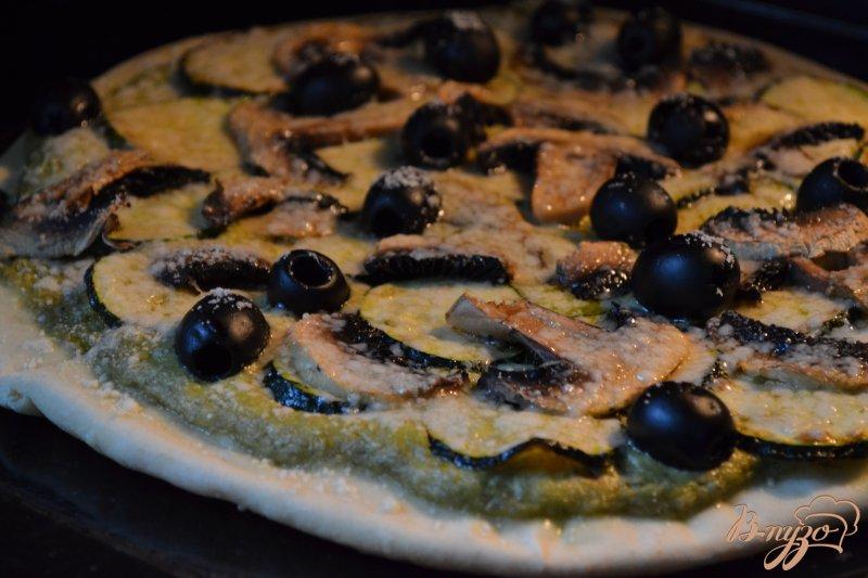 Фото приготовление рецепта: Пицца с цукини и шампиньонами шаг №5