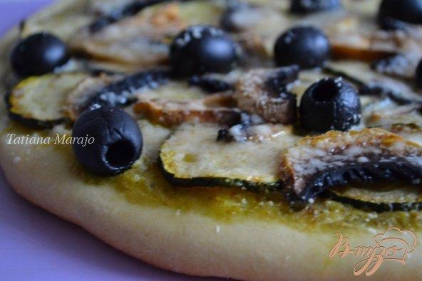 Фото приготовление рецепта: Пицца с цукини и шампиньонами шаг №6