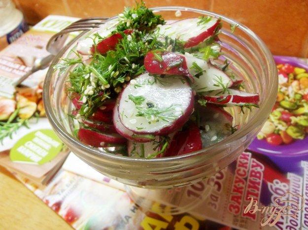 фото рецепта: Салат из редиса с кунжутом и мятой