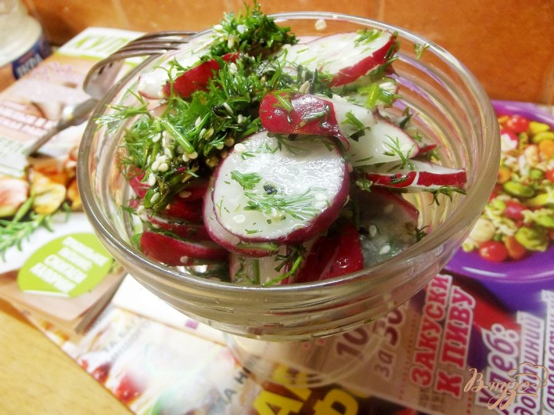 Фото приготовление рецепта: Салат из редиса с кунжутом и мятой шаг №5