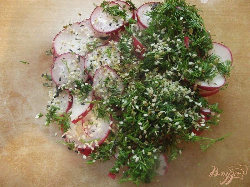 Фото приготовление рецепта: Салат из редиса с кунжутом и мятой шаг №4