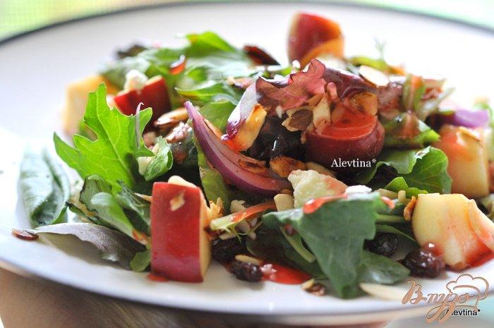 Фото приготовление рецепта: Салат с яблоком и миндалем шаг №4