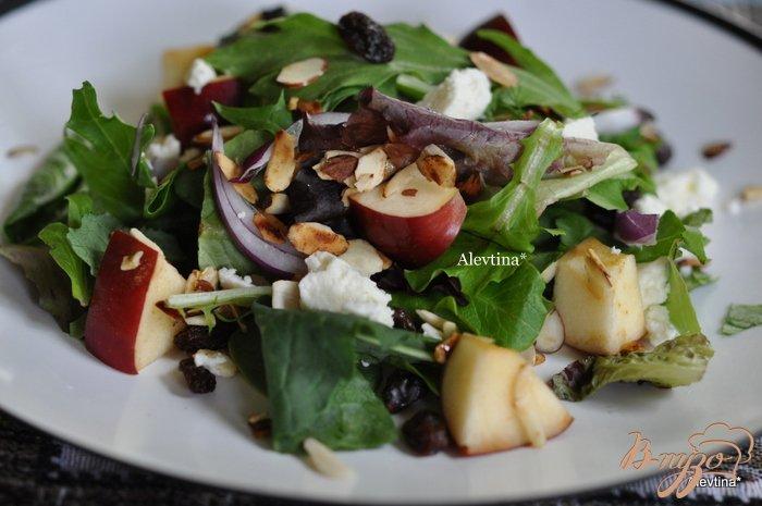 Фото приготовление рецепта: Салат с яблоком и миндалем шаг №3