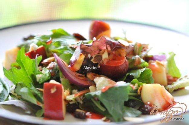 фото рецепта: Салат с яблоком и миндалем