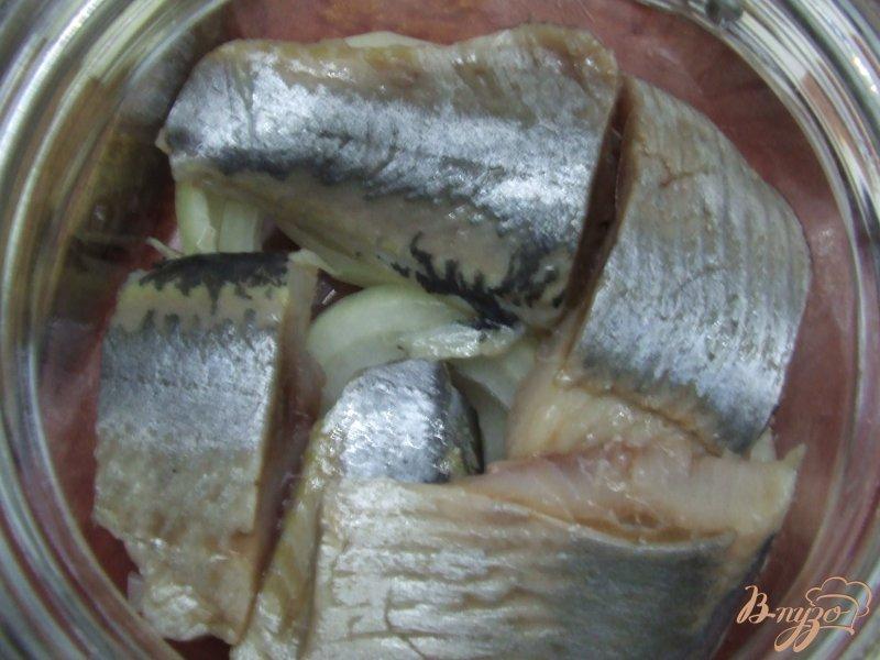 Фото приготовление рецепта: Сельдь маринованная с паприкой шаг №4