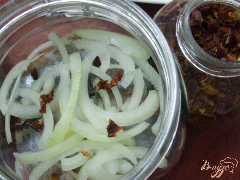 Фото приготовление рецепта: Сельдь маринованная с паприкой шаг №5