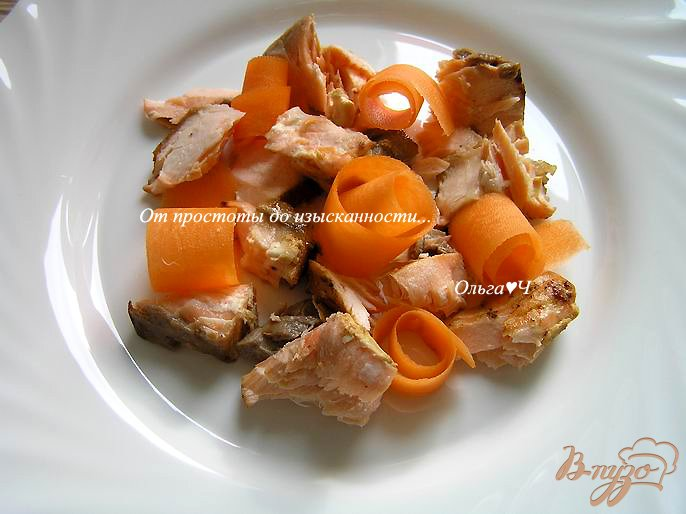 Фото приготовление рецепта: Салат с лососем-гриль, морковью и авокадо шаг №4