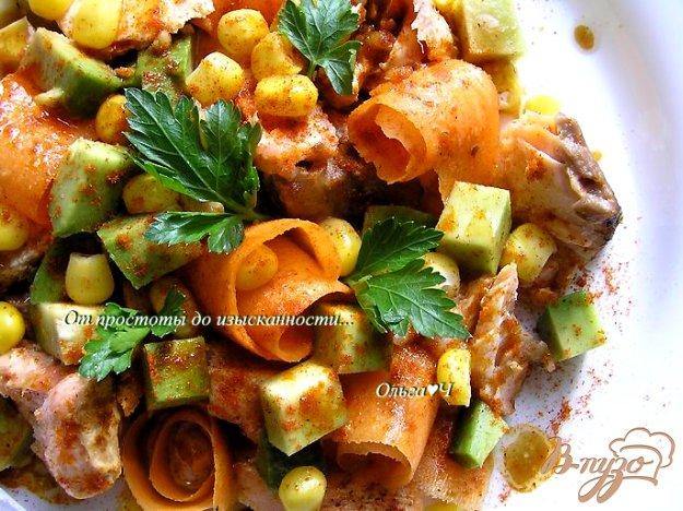 фото рецепта: Салат с лососем-гриль, морковью и авокадо