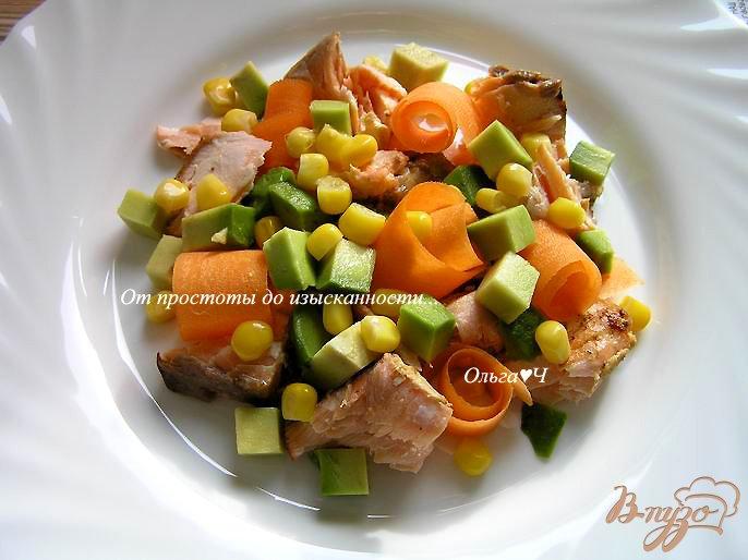 Фото приготовление рецепта: Салат с лососем-гриль, морковью и авокадо шаг №5